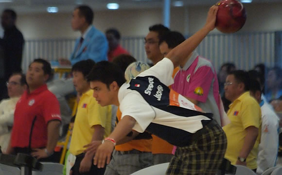 Singapore's Jason Yeong-Nathan in action in the bowling men's doubles competition at the Asian Games. (Photo by SSC)